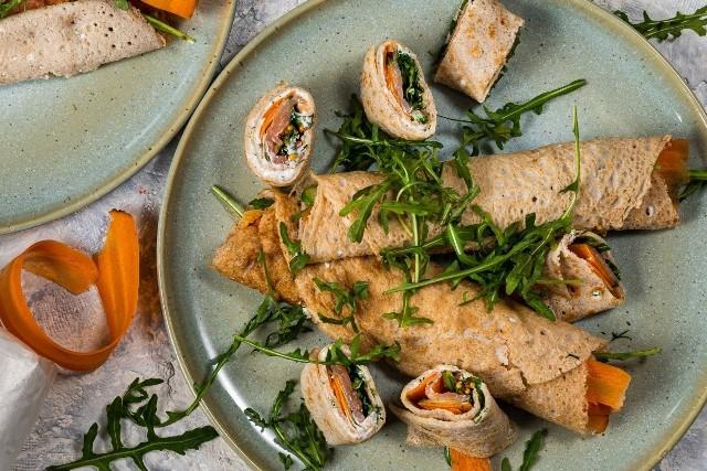 Gryczane naleśniki z łososiem, serem feta i rukolą to pomysł na smaczny i szybki obiad.