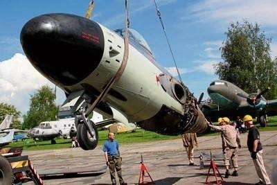 Kadłub samolotu myśliwskiego Sea Venom zdejmowany z lawety. W czerwcu będzie można oglądać już całą maszynę Fot. Jakub Link-Lenczowski