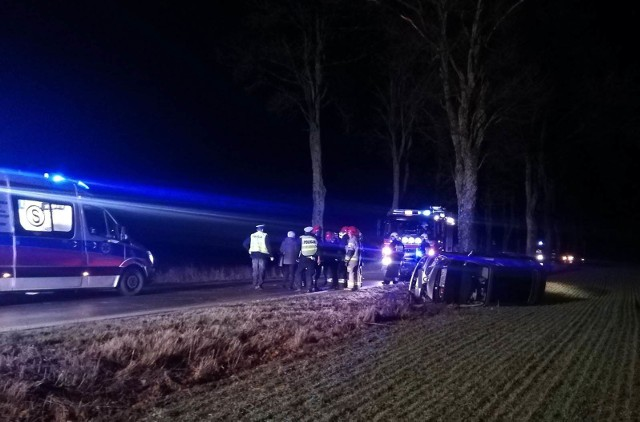 W poniedziałek wieczorem koło Dunowa w gminie Świeszyno (powiat koszaliński) doszło do groźnie wyglądającego zdarzenia. Kierujący autem osobowym z nieznanych przyczyn wypadł z drogi. Auto obróciło na bok. Na miejsce przyjechała policja, straż pożarna i pogotowie ratunkowe. Nie ma informacji o osobach poszkodowanych w wypadku.Zobacz także: Wypadek na drodze Koszalin - Kołobrzeg koło Mścic