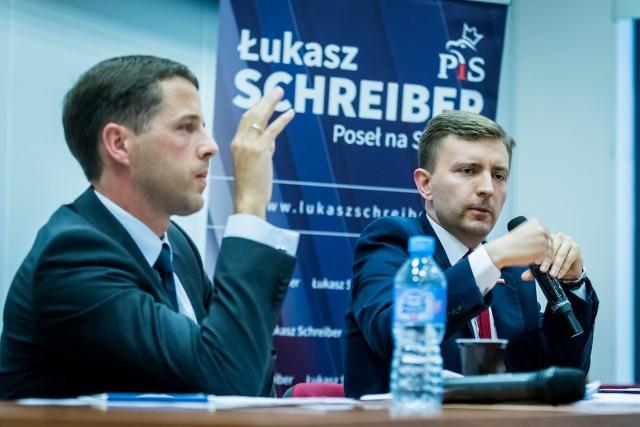 Łukasz Schreiber (po prawej) odziedziczył po ojcu posadę ministra w Kancelarii Premiera.
