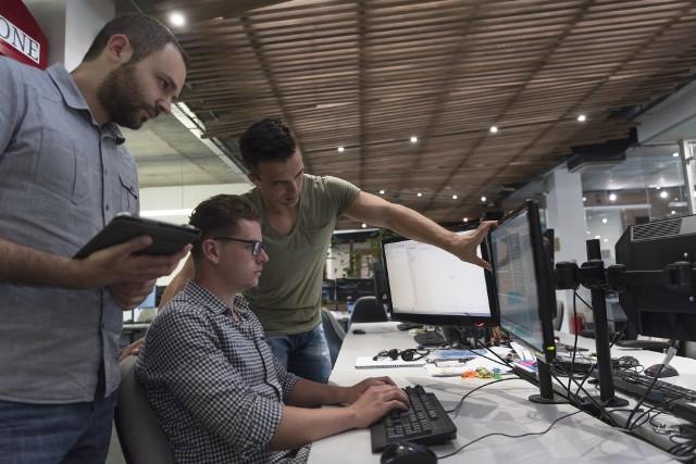 - Najwyższe zarobki w 2020 roku można było uzyskać w sektorze informacji i komunikacji, do którego należy m.in. branża IT- mówi ekspert.