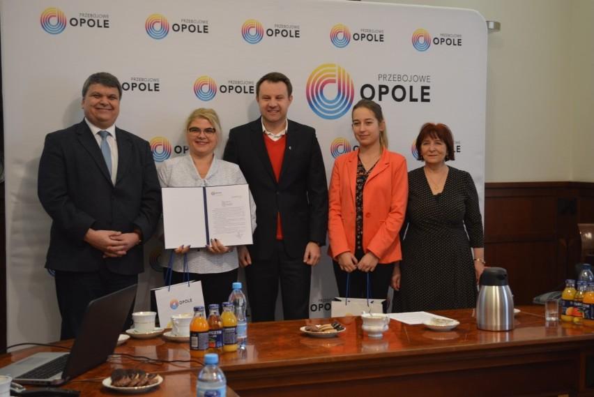 Dyrektor Violetta Szczepkowska (z dyplomem) na spotkaniu u prezydenta Opola