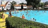 Gdy żar leje się z nieba, mieszkańcy Inowrocławia chłodzą się w basenie