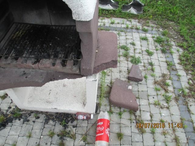 Zdjęcia obrazują zniszczoną podstawę betonowego grilla (utrącony róg betonowej płyty) oraz zniszczony element komina tego grilla. Dodatkowo stwierdzono brak dwóch ławek.