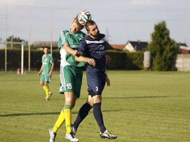 O piłkę walczą w zielonej koszulce Krzysztof Rogan (Skalnik) z Michałem Bednarskim (Swornica).