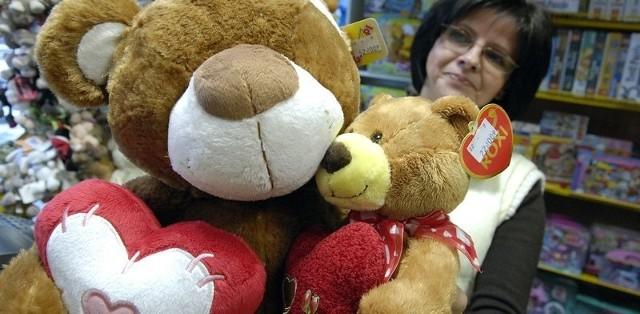 Takie zakochane maskotki można kupić ukochanej osobie w sklepie Miś.