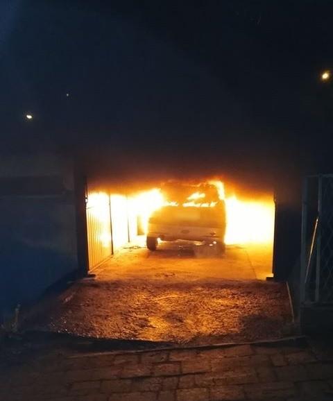 W czwartek około godz. 2 w nocy straż pożarna w Przemyślu odebrała zgłoszenie o pożarze na ul. Drzymały w Przemyślu. Wyjechały dwa zastępy strażaków. Okazało się, że w garażu pali się osobowy peugeot.  Samochód spłonął. Okoliczności powstania ognia ustalają policjanci.Zdjęcia otrzymaliśmy od internauty na alarm@nowiny24.pl, dziękujemy!