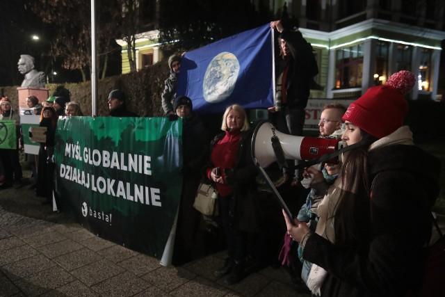 W obronie drzew protestowały liczne środowiska proekologiczne. W styczniu odbyła się pikieta na placu Szarych Szeregów