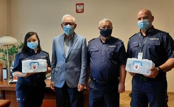 Przekazanie sprzętu do ratowania życia dla grodkowskich policjantów.