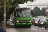 Pasażerowie miejskich autobusów mają kłopot z odnalezieniem i odczytaniem tablicy z numerem linii