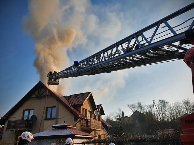 Ogień zniszczył część budynku mieszkalnego w Węgrzcach Wielkich