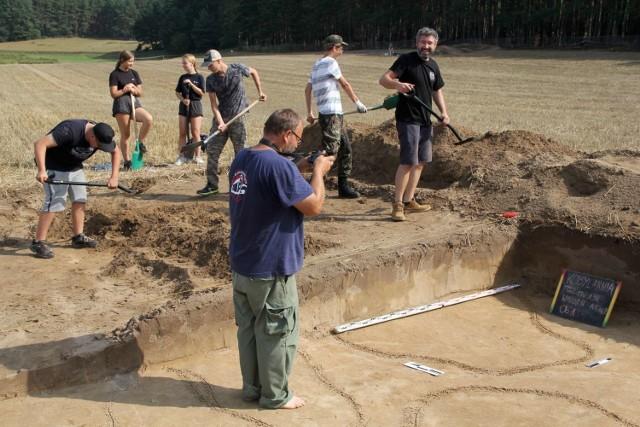 Archeologom pracującym w Kobylarni koło Sierakowa udało się dokonać niezwykłych odkryć. Natrafili na ślady osady wczesnośredniowiecznej z przełomu X i XI wieku, a także osady z epoki brązu - z VIII wieku p.n.e. Zobacz więcej zdjęć ---->