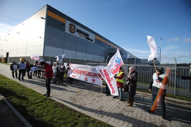 Pikiety pod centrum logistycznym Amazon w Bielanach Wrocławskich odbywały się już wcześniej, na zdjęciu protestujący w 2015 roku