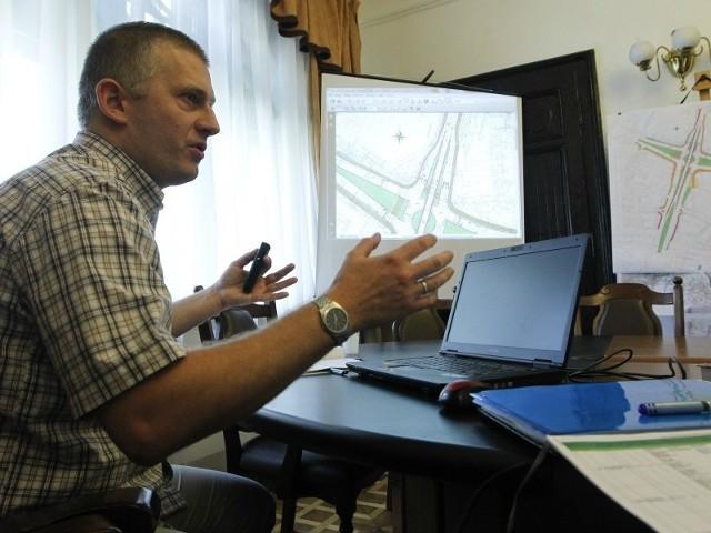 - Przygotowaliśmy cztery warianty nowego skrzyżowania. Według mnie najlepsze rozwiązanie bazuje na budowie tunelu - mówi Jan Kuczałek.