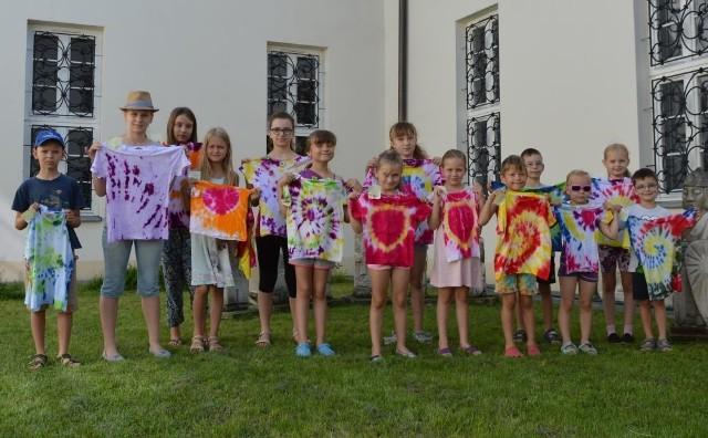 Takie koszulki wykonały dzieci w czwartek, 4 sierpnia, w domu kultury w Pińczowie.