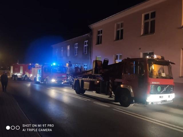 Strażacy i policjanci podczas akcji gaśniczej przy ul. Wodnej musieli wspólnie poradzić sobie z agresywną mieszkanką