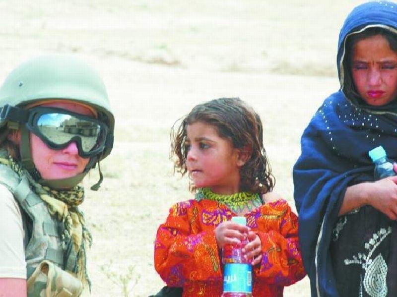 – Najbardziej żal mi dzieci, które często żyją w skrajnej nędzy – mówi Renata Metelicka. – Podchodziły do nas, wyciągały ręce, prosiły. Oddawałam im wszystko, nawet wodę, bez której na pustyni nie sposób wytrzymać. Na szczęście, zawsze mogłam liczyć na żołnierzy.