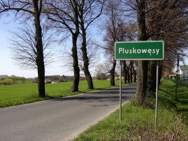 Język polski nie należy do najłatwiejszych i choć najtrudniej jest przyswoić go obcokrajowcom, to i Polakom potrafi sprawić sporo trudności. O ile jednak pewne trudne słowa możemy zastępować ich prostszymi w wymowie synonimami, o tyle tego zabiegu nie zastosujemy w przypadku nazw miejscowości. Na tych zaś można połamać sobie język. Zobaczcie 16 miejscowości, których nazw nie sposób wymówić bez zająknięcia.