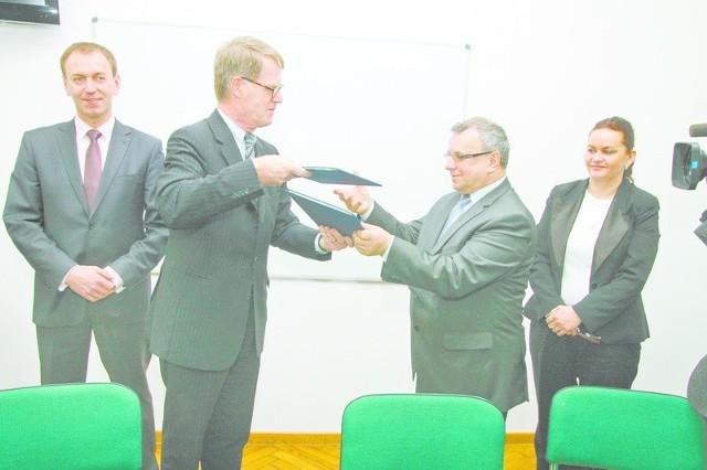 Bernhard Brasack i Józef Sebesta wymienili podpisane dokumenty. Konsulat i Urząd Marszałkowski wydadzą na program 150 tys. zł.
