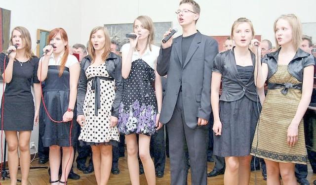 Niektórych, młodych wokalistów z tej grupy Studia Piosenki Zbigniewa Poliszczuka zobaczymy w musicalu