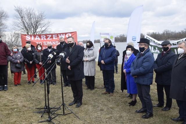 Konferencja prasowa z udziałem lokalnych samorządowców i przedstawicieli Wód Polskich odbyła się na ciechocińskiej przystani