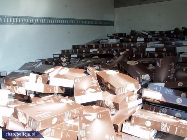 """Zatrzymani """"pilotowali"""" ciężarówkę, która wiozła ponad 1,4 tys. kartonów kawy w kapsułkach o wartości ok. 160 tys. zł."""