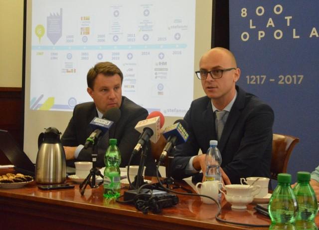 O wyborze naszej nowej lokalizacji zadecydowały trzy czynniki - mówi Łukasz Domoradzki ze Stefanini. Z lewej prezydent Opola.