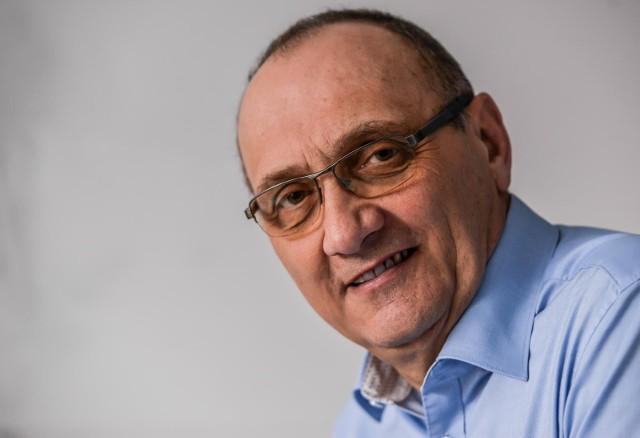 """Prof. Jacek Jassem: """"Ludzie są spanikowani, boją się wyjść z domu, nawet jeśli pojawiają się objawy. Ponadto służba zdrowia jest zamknięta i niewydolna. Placówki poz praktycznie zamknęły się już w marcu, SOR-y szturmują pacjenci, którzy nie mogą się dostać do swojego lekarza w przychodni."""""""