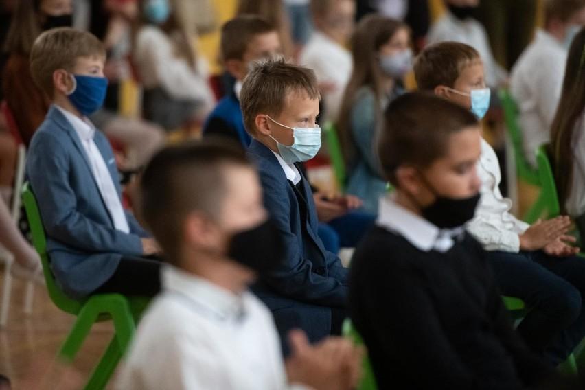 - Ministerstwo Edukacji Narodowej na bieżąco reaguje na potrzeby uczniów, rodziców oraz dyrektorów szkół w związku z wprowadzonymi nowymi zasadami organizacji pracy szkoły w czasie epidemii- czytamy w komunikacie.
