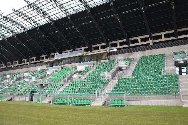 Główna trybuna stadionu Podkarpackiego Centrum Piłki Nożnej przy ulicy Hutnicze, z podgrzewaną płytą