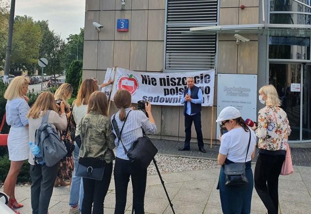O postulatach sadowników mówił przed siedzibą Jeronimo Martins prezes Związku Sadowników RP Mirosław Maliszewski.