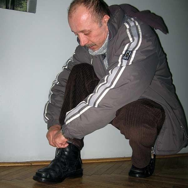 - To dla mnie upokarzające. Kupiłem za spore pieniądze markowe buty, a muszę chodzić w pożyczonym obuwiu - twierdzi Lesław Iwosa.