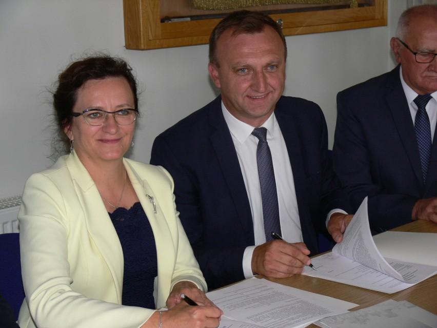 Umowę podpisuje wojewoda Agata Wojtyszek i starosta Marcin...