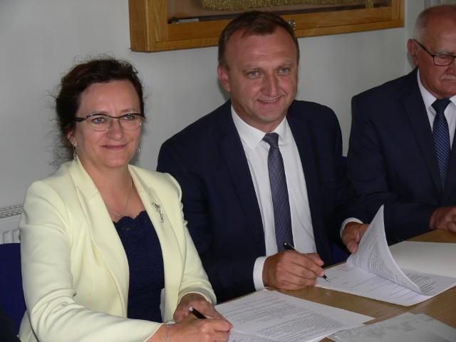 Umowę podpisuje wojewoda Agata Wojtyszek i starosta Marcin Piwnik.