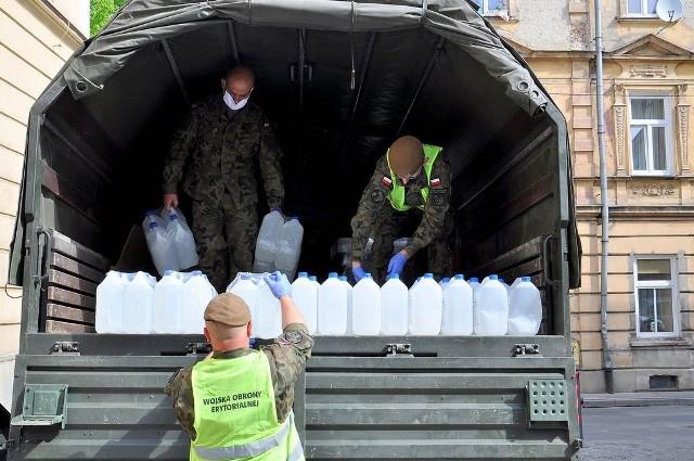 Terytorialsi przekazali przemyskim przedszkolom i żłobkom płyn do dezynfekcji.