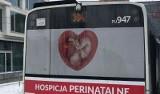 """Płód w sercu z napisem: """"Jestem zależny, ufam tobie"""". Antyaborcyjne plakaty na autobusach MPK"""