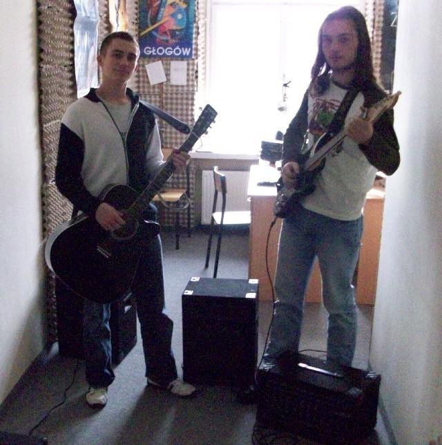 Młodym pasjonatom bardzo spodobała się idea założenia zespołu. Szybko zorganizowali sobie sprzęt muzyczny i pomieszczenie do ćwiczeń.