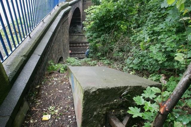 Potężny blok betonowy, prawdopodobnie wspornik starej trakcji nie wygląda na zdjęciu groźnie. Gdy jednak pod wpływem deszczu spadnie w dół na tory, może dojść do tragedii. Wykolei się na nim każdy pociąg.