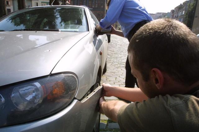 Właściciele demolowanych samochodów są przekonani, że jednym z powodów działania wandali jest ich poczucie bezkarności. Wiedzą bowiem, że ewentualny proces o odszkodowanie za wyrządzone straty będzie się ciągnął latami i niewielu poszkodowanych na to się zdecyduje.