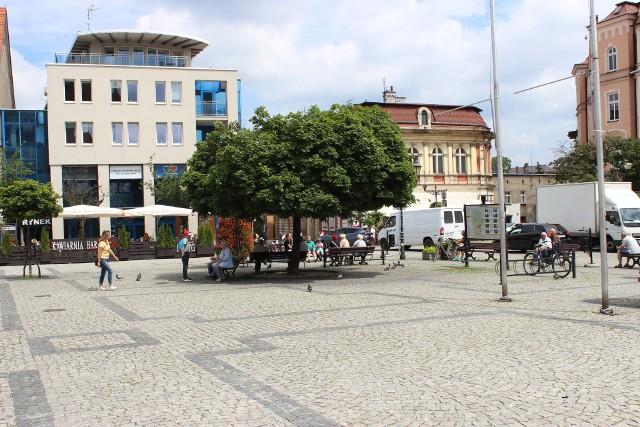 Rynek w Tarnowskich Górach tętni życiem. Zobacz kolejne zdjęcia. Przesuwaj zdjęcia w prawo - naciśnij strzałkę lub przycisk NASTĘPNE >>>