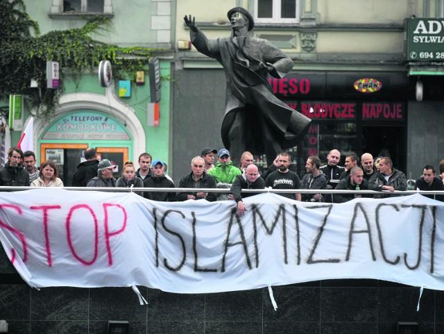 Ulicami wielu polskich miast przeszły marszy antyimigranckie. W Częstochowie wątpliwości radnych PiS budzi konieczność płacenia z miejskich pieniędzy za naukę islamu