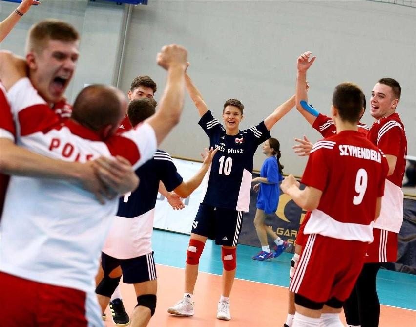 Maksym Kędzierski (nr 10) cieszył się w Sofii razem z kolegami z brązowego medalu ME U17 minikadetów