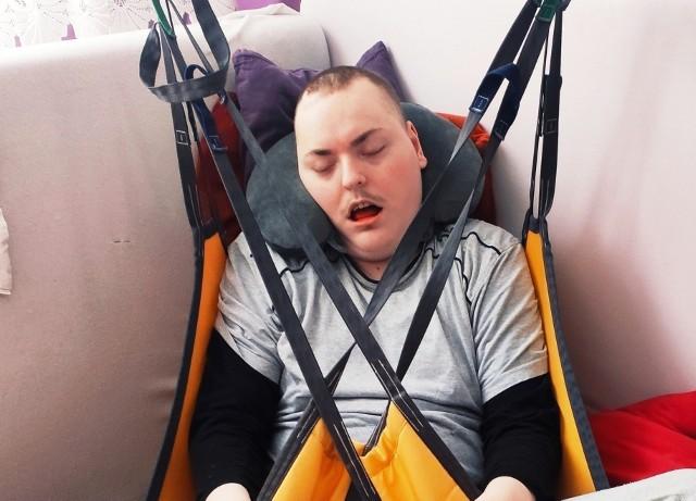 Mateusz ma 25 lat, ale w ciele dorosłego mężczyzny uwięzione jest dziecko. W trakcie porodu doszło do niedotlenienia i nieodwracalnego uszkodzenia mózgu, którego efektem jest m.in. padaczka lekooporna. Mateusz pierwsze lata życia spędził w szpitalu. Dziś jego rozwój odpowiada rocznemu dziecku. Chłopak nie chodzi, nie mówi, nie siada. Wymaga całodobowej opieki, a całym jego światem jest 10-metrowy pokój.