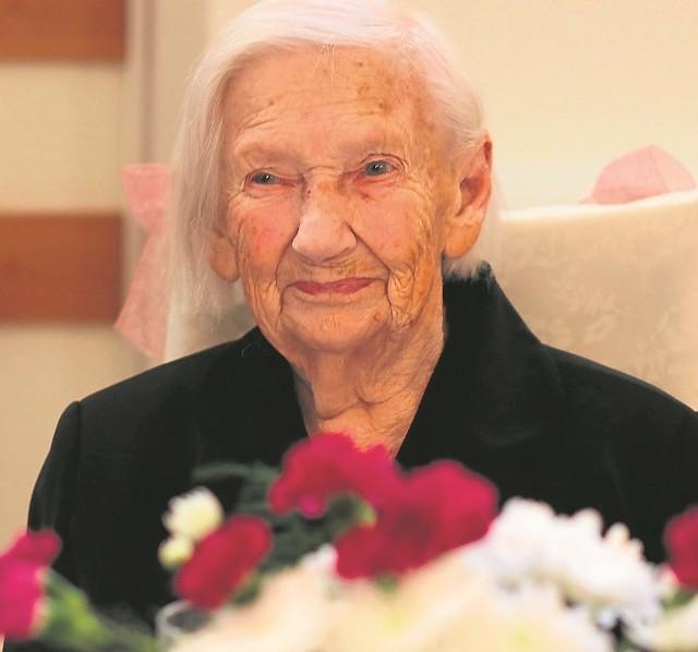Jadwiga Smaruj, mieszkanka chojnickiego Domu Pomocy Społecznej, świętowała 104 urodziny. Z tej okazji odwiedziła ją rodzina, życzenia złożyli współmieszkańcy domu, a także goście.Dziś pani Jadwiga, jak zawsze, najpierw powędrowała na mszę, a po niej przyjęła mnóstwo życzeń i słodkich upominków. Jubilatka pochodzi z Gościeszynka w gminie Szubin. Dzieciństwo - wraz z ośmioma siostrami i dwoma braćmi - spędziła w Bożacinie koło Rogowa. W 1945 roku wyszła za Zygmunta Smaruja, mieli syna Unisława. Mąż zmarł w 1964 roku, a w wieku 85 lat pani Jadwiga zamieszkała z niepełnosprawnym synem w domu pomocy społecznej. W DPS-ie w Charzykowach, a obecnie w Chojnicach, jest od 97 roku.