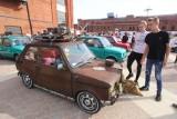 """Zlot """"maluchów"""" w 20 rocznicę zakończenia produkcji. Fiaty 126 p pojawiły się w sobotę w Manufakturze i na Piotrkowskiej"""