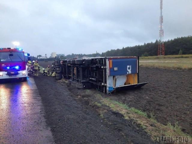 Wypadek w Dalachowie. Wywrócił się tir przewożący drewno