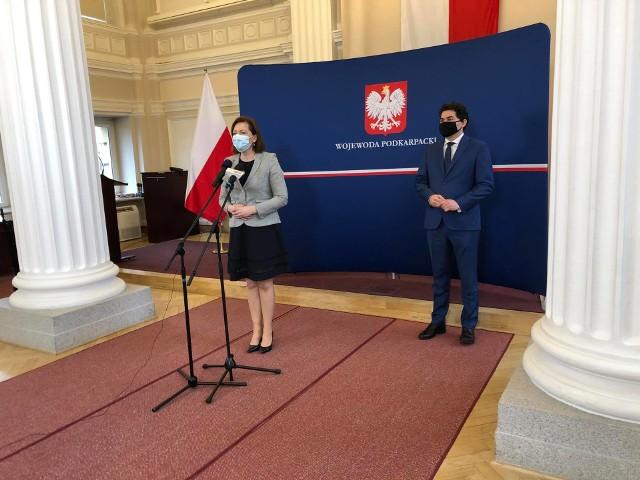 Wojewoda podkarpacki Ewa Leniart i Lucjusz Nadbereżny, prezydent Stalowej Woli mówili o społecznym mieszkalnictwie.