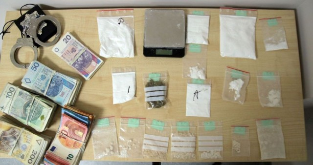 Kilka dni temu policjanci odwiedzili go w mieszkaniu i je przeszukali. Ujawnili w woreczkach białą substancję o łącznej wadze przekraczającej 153 gramy i ponad 7 gramów marihuany. Zabezpieczona została również waga i pieniądze