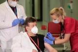 Lekarze nie zdążą się zaszczepić do 25 stycznia? Spadną do grupy trzeciej. NIL apeluje do rządu o zmianę przepisów