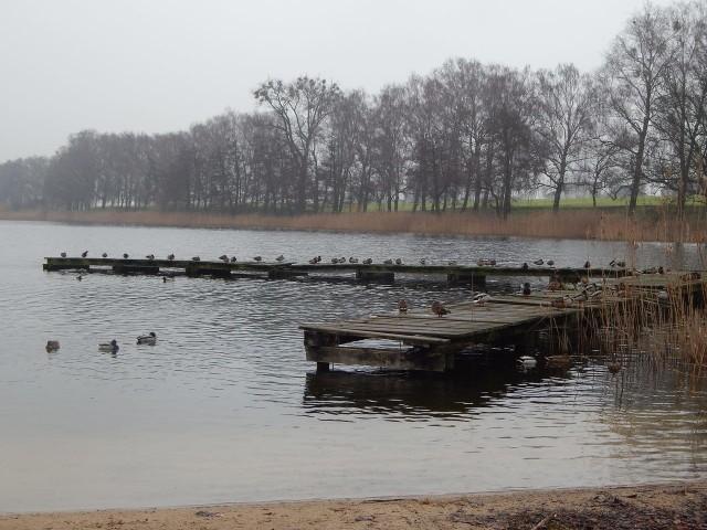 Stary pomost na jeziorze jest w kiepskim stanie, na dniach zostanie rozebrany.